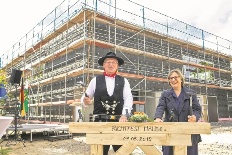 BA-Direktorin Ute Schröter-Bobsin konnte nach neun Monaten Bauzeit zum Richtfest laden, Zimmermann Steffen Pocha segnete den Bau.