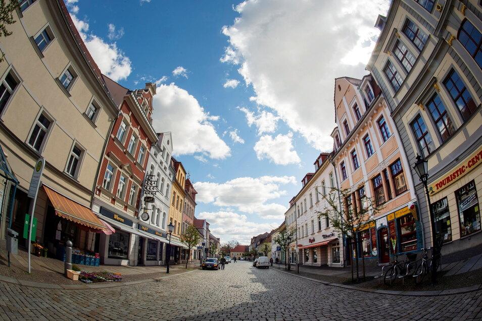 Montagvormittag auf dem Großenhainer Frauenmarkt: Nahezu menschenleer zeigt sich die Einkaufsstraße, in welcher nun auch wieder nur die Waren in den Läden abgeholt werden dürfen.