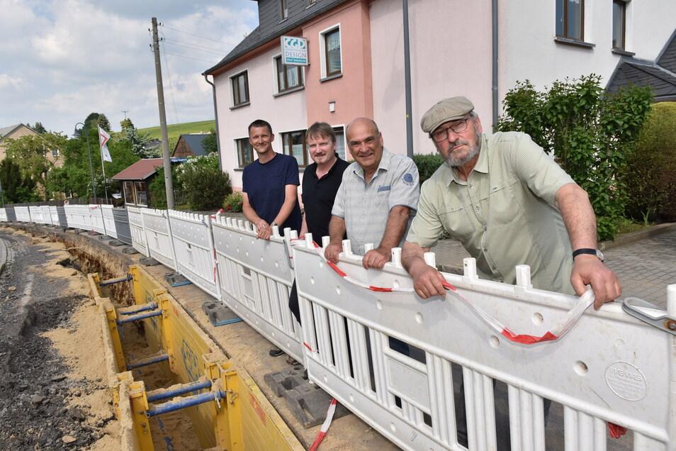 Endlich kommt Trinkwasser aus dem Netz nach Dittersdorf. Ortsvorsteher Frank Zimmerhäckel, Fleischermeister Steffen Kaden, Bäckermeister Wolfgang Otte und Stadtrat Bernd Grahl (von links) freuen sich.
