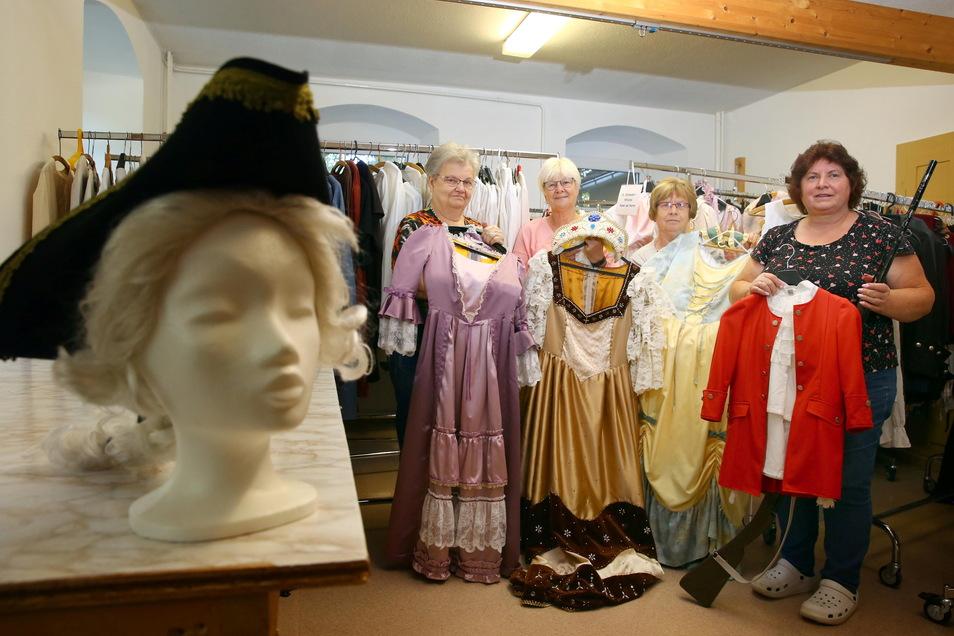 Der Kamenzer Kostümfundus ist jetzt beim Wiesaer Heimatverein - im Bild Barbara Gretschel, Hannelore Lorenz, Sonnhild Drachsler und Ramona Otto (v.l.) - untergebracht. Doch das Ausleihen ist bisher noch nicht möglich.