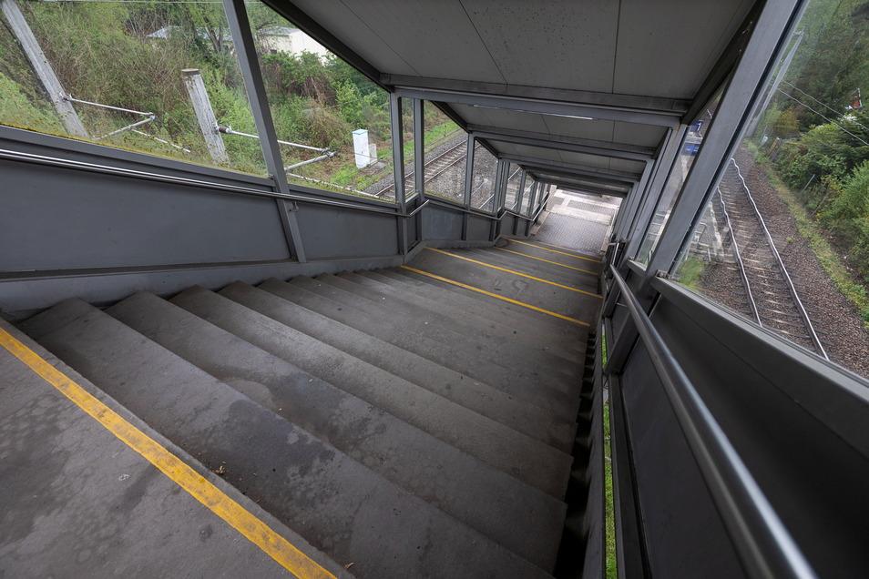 Steile Treppe in Hainsberg-West: Der Zugang zu den Bahnsteigen soll barrierefrei ausgebaut werden.