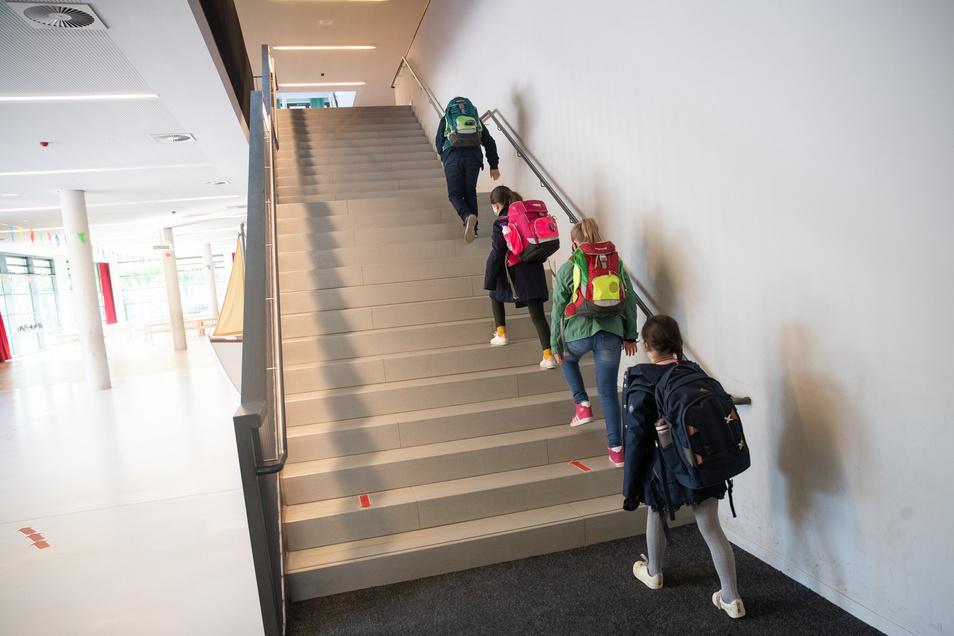 Am Mittwoch geht es für die vierten, neunten und elften Klassen auch in Sachsen und im Landkreis Meißen wieder los. In Hamburg ist der Schulstart schon heute (Foto). Aber nur mit Abstand.