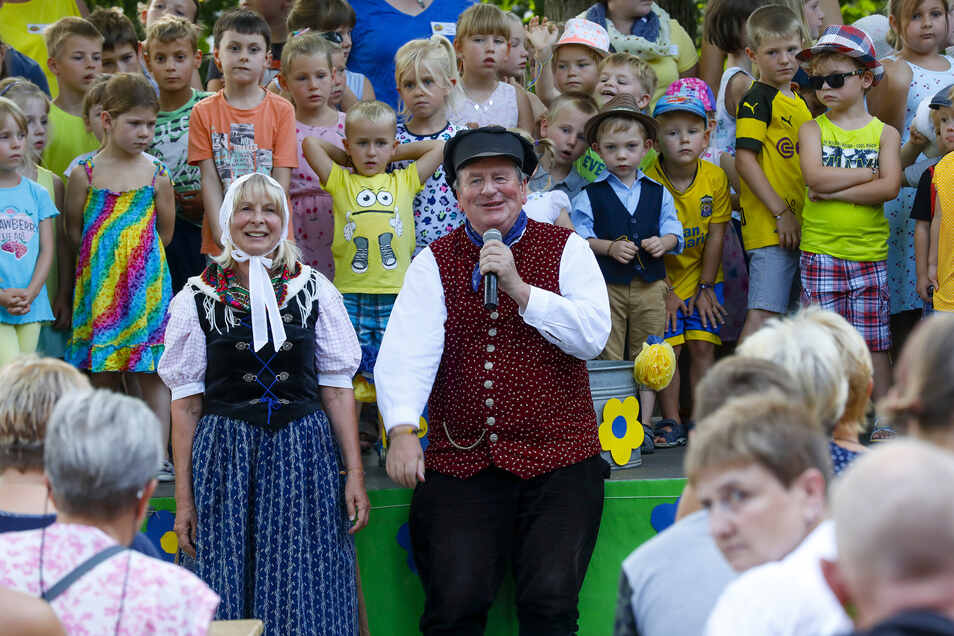 Hans Klecker (Mitte) stand mit den Oppacher Kindern auf der Bühne.