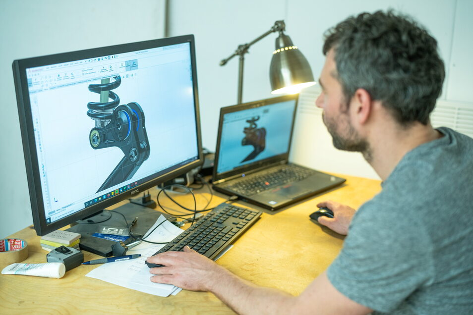 An seinem Rechnerarbeitsplatz entwirft der Dresdner Ingenieur die Details seines Fahrrads. Eigentlich wollte er nur ein Exemplar für sich selbst bauen.