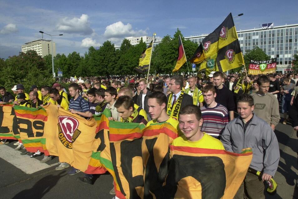 Am 15. Mai 2002 ziehen etwa 1.200 Dynamo-Fans vor das Dresdner Rathaus und demonstrieren für eine Unterstützung durch die Stadt für die Lizenz.