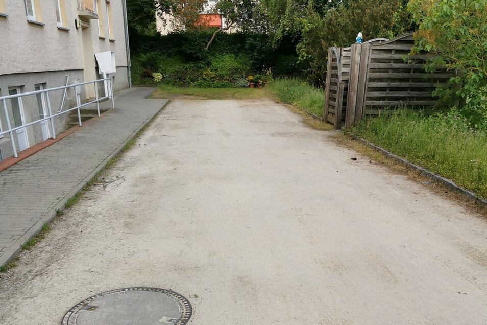 Nur wenige Meter lang ist dieser Weg am Wohnblock in der Ossietzkystraße 4 C/D, über dessen Zustand sich die Anwohner beschweren.