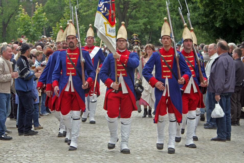 Diese Hobby-Soldaten in preußischen Uniformen waren beim Festumzug 2005 anlässlich des 275. Jubiläums des Zeithainer Lustlagers dabei. Ein Tourismusverband könnte solche Veranstaltungen gut vermarkten.