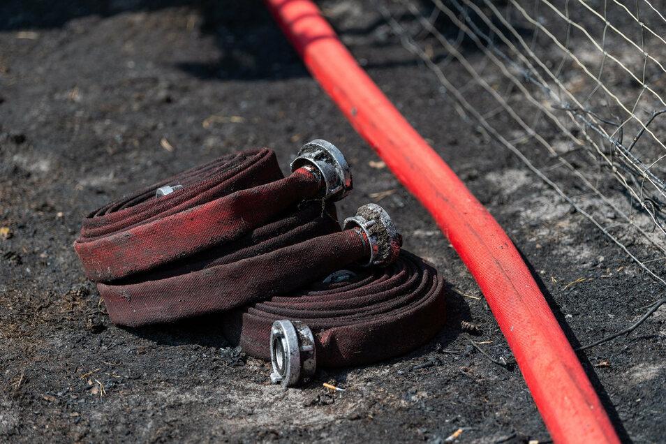 Nur für einen kurzen Einsatz mussten Leisnigs Feuerwehrleute am Donnerstagmittag die Schläuche ausrollen. Symbolfoto: Philipp Schulze/dpa