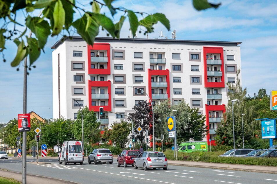 Heller Grundton, dunkle Akzente und rote Hingucker: So sieht die Chemnitzer Straße seit vorigem Jahr aus.