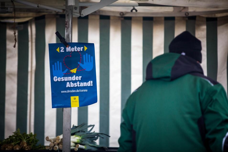 Was auf Wochenmärkten gilt, gilt auch für den Elbeflohmarkt: Maske auf und Abstand halten.