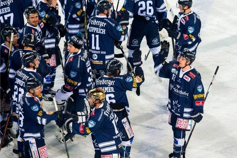 31853 Zuschauer feierten ein Eishockey-Fest der besonderen Art und sorgten bei Temperaturen um den Gefrierpunkt im ausverkauften Dresdner Dynamo-Stadion für eine beeindruckende Atmosphäre.