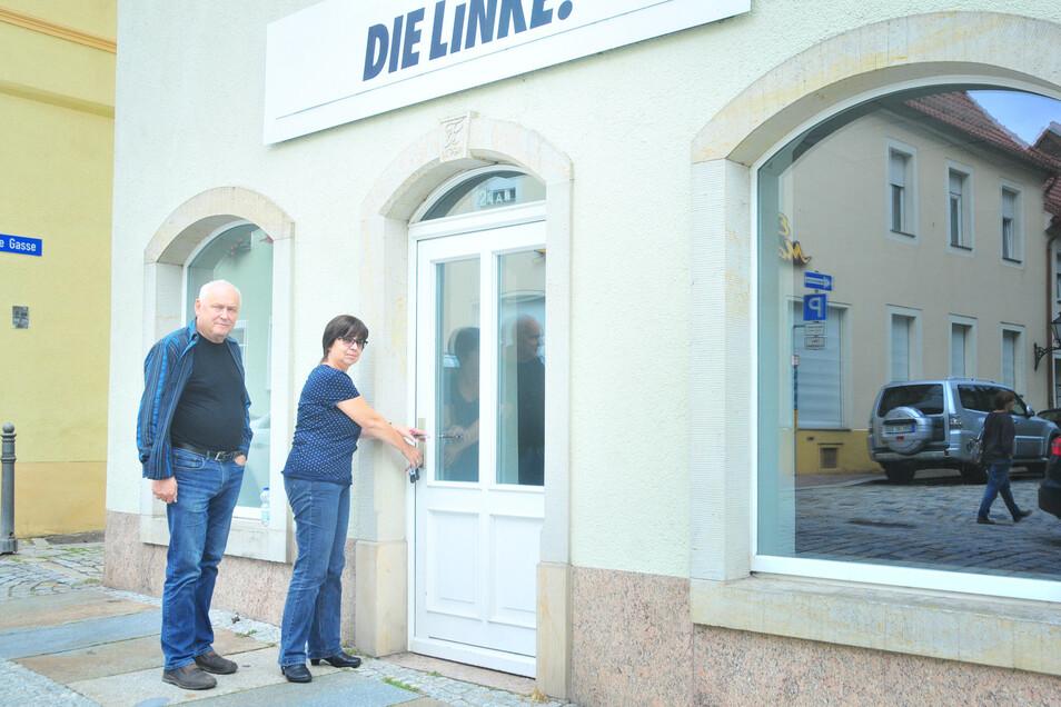 Kerstin Lauterbach und Harald Kühne schließen die Tür des leergeräumten Büros in Großenhain ab. Eine neue Anlaufstelle ist demnächst nicht geplant.