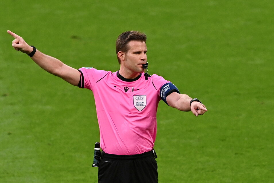Der deutsche Schiedsrichter Felix Brych gestikuliert beim Spiel Italiens gegen Spanien.