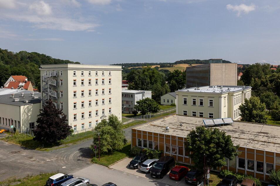 Dieser Blick zeigt die leerstehenden Berufsschulgebäude in Dipps, links das Haus 3 und davor das Laborgebäude.