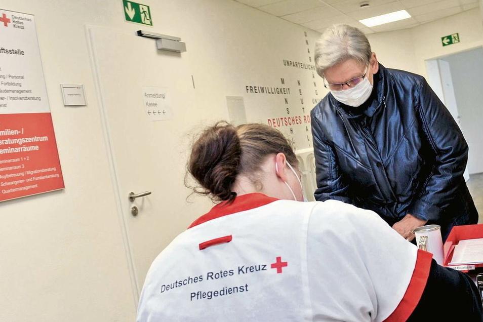 Katja Hartung ist eine der DRK-Mitarbeiterinnen, die am Empfang helfen. Foto: Joachim Rehle