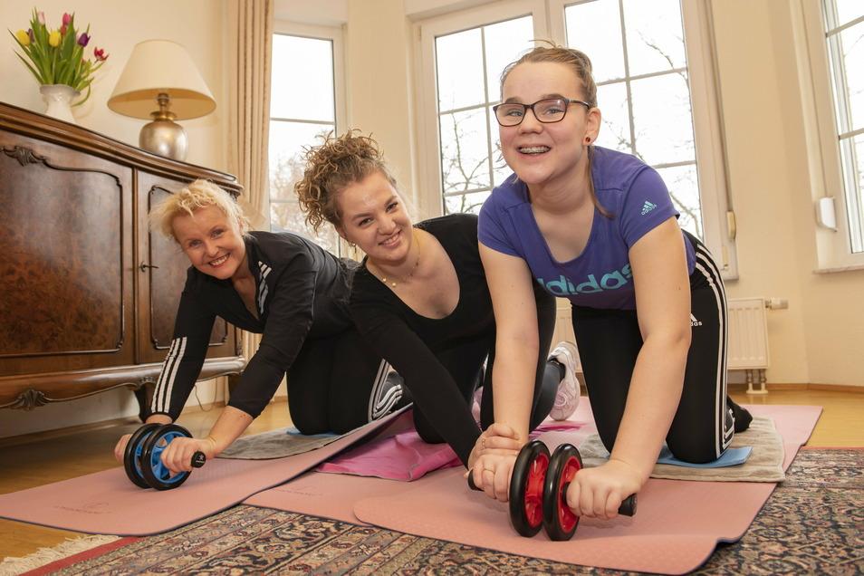Auf die Matte, fertig, los: SZ-Redakteurin Catharina Karlshaus mit ihren Töchtern Luise und Johanna beim gemeinsamen Wohnzimmer-Sport.