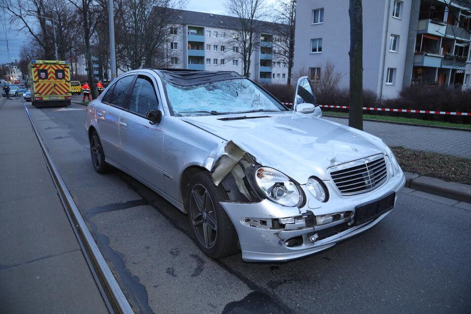 Sie schlug bei dem Unfall wahrscheinlich auf dem Dach des Mercedes auf.