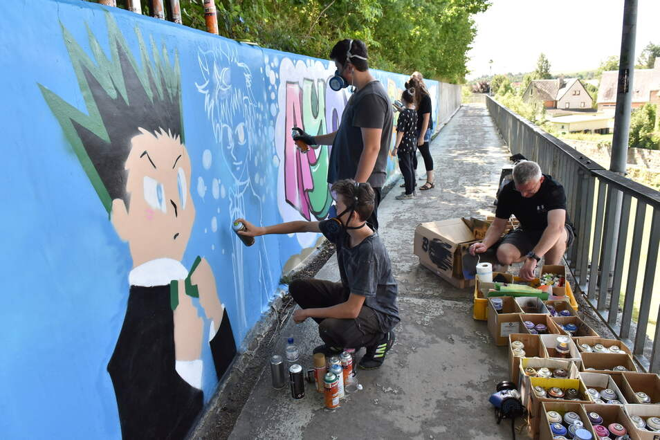 Graffiti-Projekt von Pro Jugend: Nico aus Dipps und Pit aus Oelsa verpassen der grauen Wand an der Dippser Eichleite ein buntes Outfit.