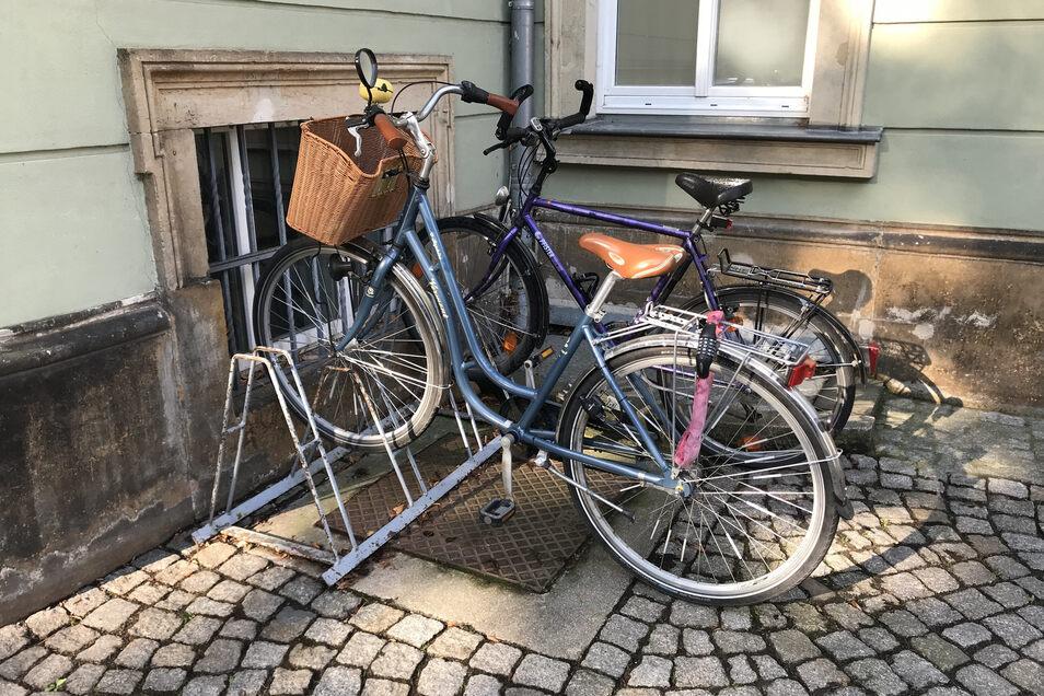 So etwas erlebt die Polizei oft, sogar selbst vor der eigenen Haustür. Nur eines der beiden Fahrräder ist hier überhaupt abgeschlossen.