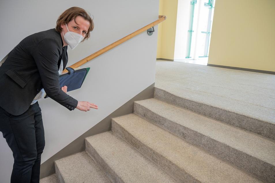 Historisch: Liegenschafts-Chefin Katja Lamnek zeigt die historischen Stufen, die wieder freigelegt wurden.