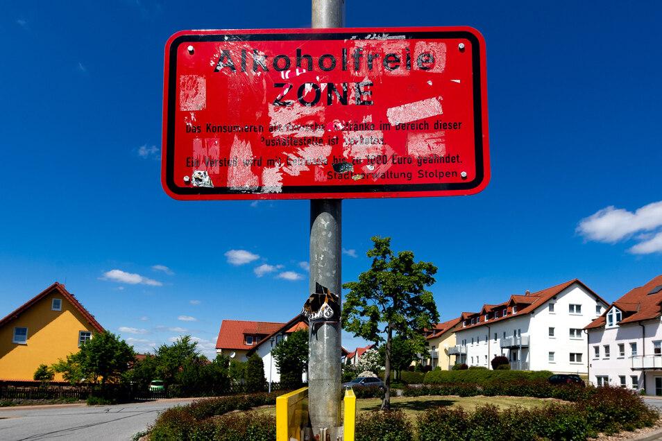 Alkoholfreie Zone an der Bushaltestelle Pfarrfelder in Stolpen. Doch wer hält sich daran?