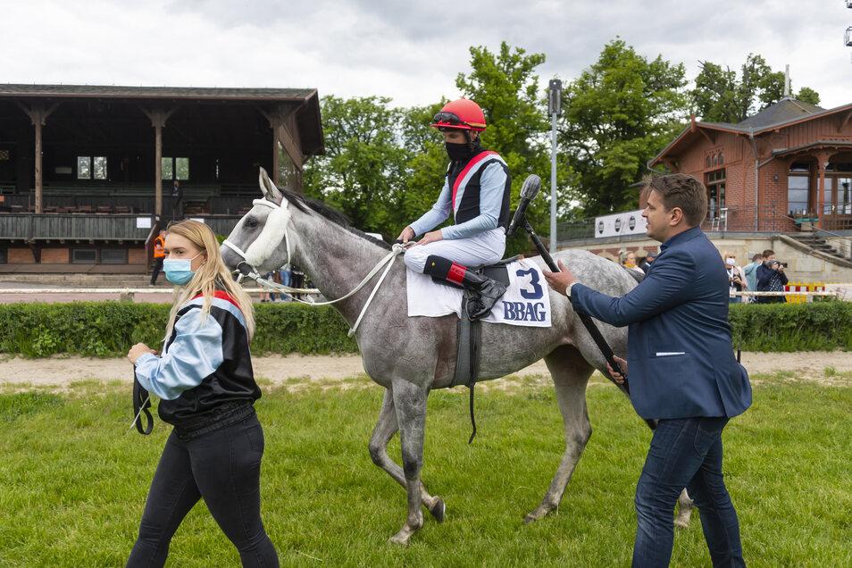 Siegerinterview mit Abstand und Rennschal: Jockey Andrasch Starke führt die Stute La La Land im Auktionsrennen zum Erfolg.