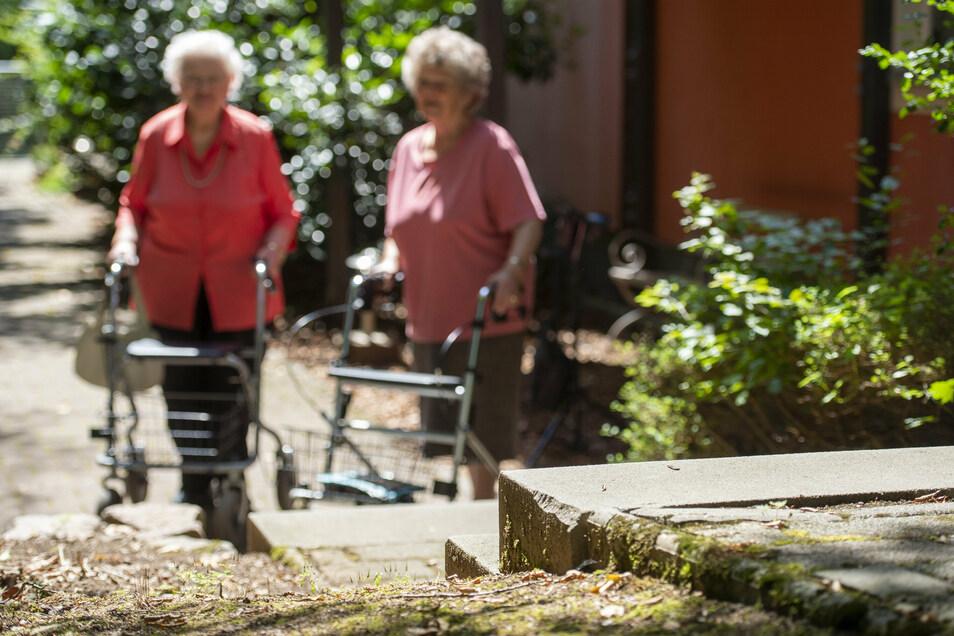 Einer der Zugänge zur Straße führt über eine Treppe. Hier möchten die Seniorinnen ein Geländer haben.