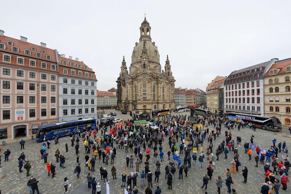 Reisebusse brachten Teilnehmer aus ganz Sachsen zum 1.000-Personen-Talk. Am Ende war der Neumarkt gut gefüllt.