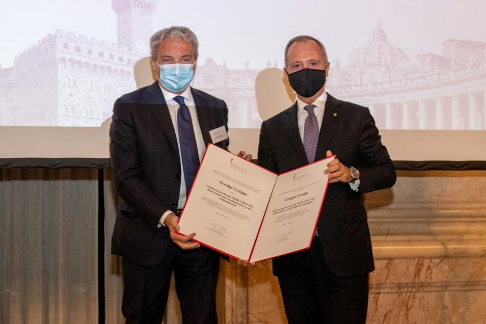 Der Vorstandsvorsitzende der Feralpi-Gruppe Giuseppe Pasini (li.) erhält die Auszeichnung Premio Mercurio vom italienischen Botschafter Armando Varricchio überreicht.
