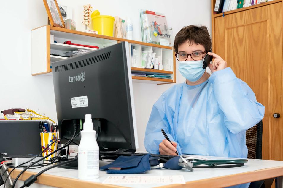 Diagnose und Krankschreibung per Telefon zwischen der Behandlung der Patienten in der Praxis: So sieht der Alltag derzeit bei Berit Rasche in Stolpen aus.