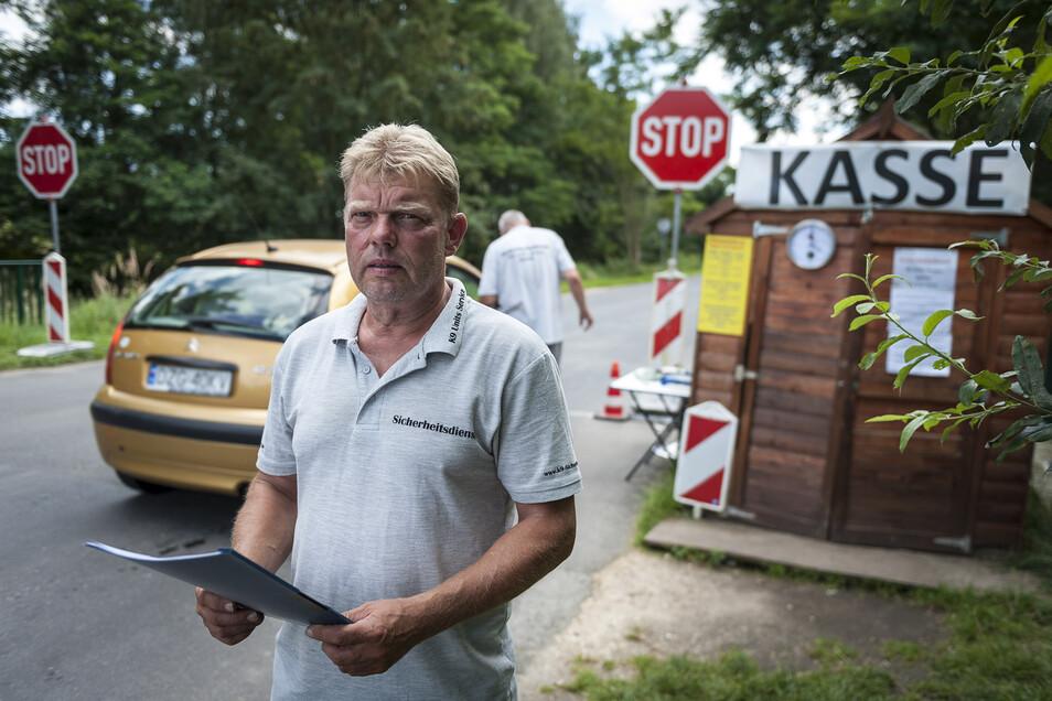 Ronny Hasler vom Sicherheitsdienst K9 hat bisher an der Zufahrt zum Nordoststrand am Berzdorfer See Parkgebühren kassiert. Künftig tut er das nicht mehr, stattdessen wird es Parkautomaten geben.