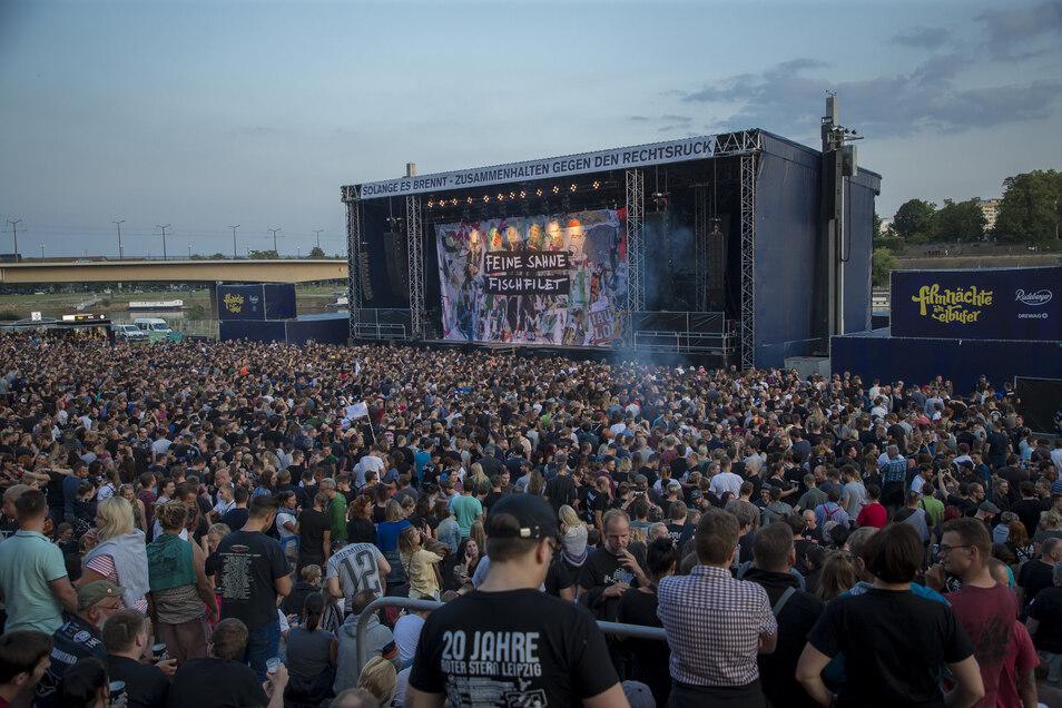 Am Mittwoch trat die umstrittene Punkband Feine Sahne Fischfilet am Dresdner Elbufer auf.