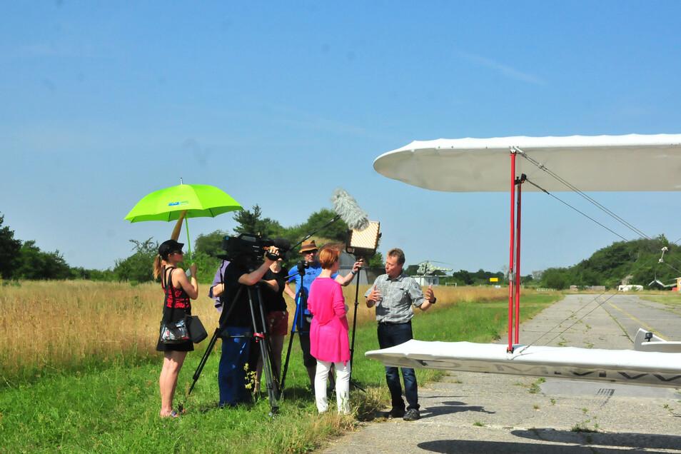 Und Kamera läuft: Pilot Jan Meißner beantwortet mit offenkundiger Routine die Fragen der Fernsehfrau.