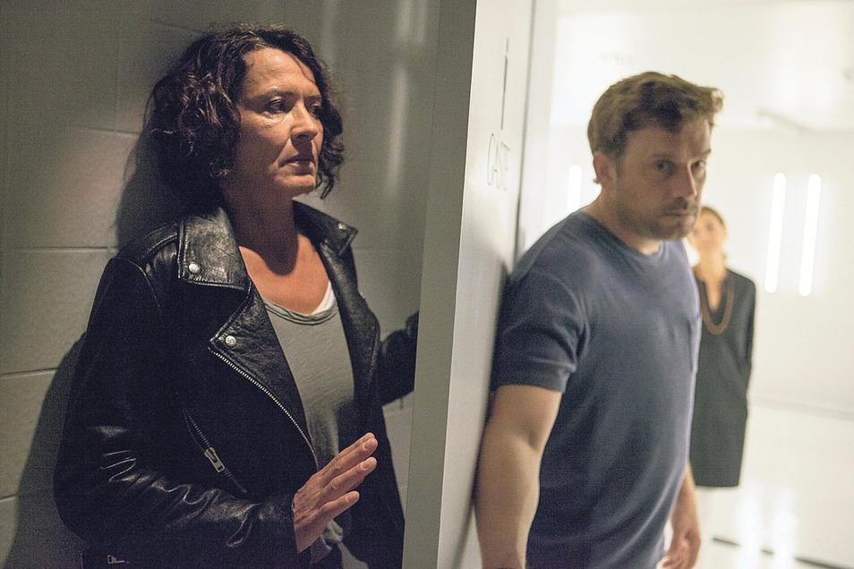 Lena Odenthal (Ulrike Folkerts) spioniert Professor Bordauer (Sebastian Bezzel) hinterher. Als der Neurologe sie schließlich entdeckt, hat er prompt eine fiese Idee, wie er die Kommissarin ruhigstellen kann.
