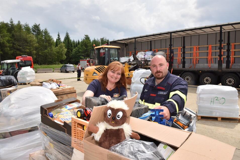 Initiatorin Gabriela Forkel von der Zinnwalder Feuerwehr und Jakub Fiser von der tschechischen Partner-Feuerwehr aus Kostany beluden am Sonntag mit vielen Helfern einen 40-Tonner mit Hilfsgütern.