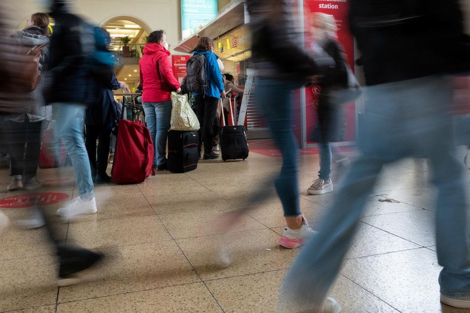 Vielerorts blieben Fahrgäste wegen des Unwetters an den Bahnhöfen hängen.