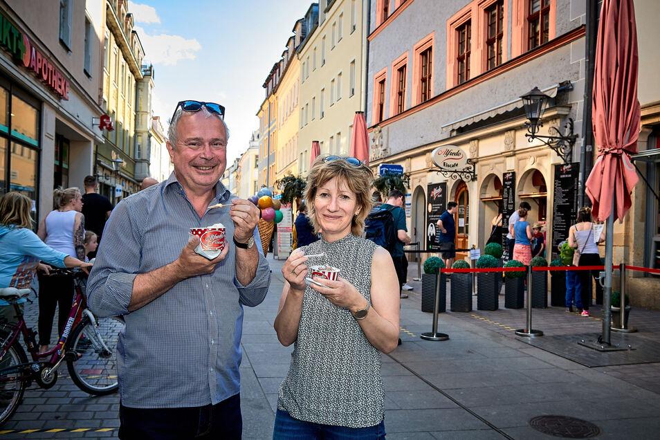 Ralf Hanauer und Cathrin Strubel aus Struppen-Siedlung gönnen sich ein Eis bei Alfredo in Pirna. Abstand halten war Gebot des Tages.