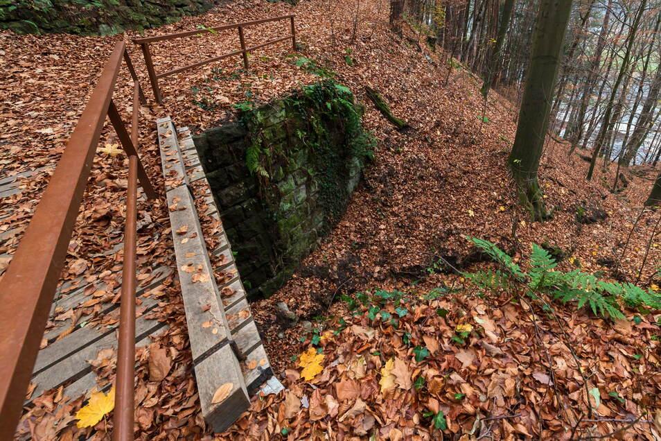 Brücke über den Herbstgraben: Der Graben liegt voller Geröll. Das birgt Gefahr für die B172 unterhalb.