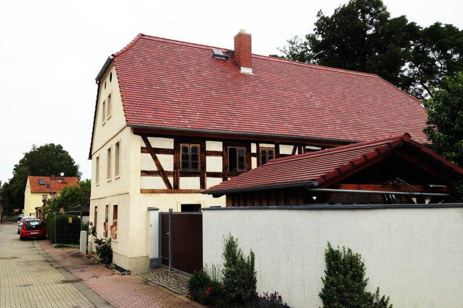Die Stadtmühle an der Wittichenauer Mühlgasse 5 hat ein neues, dichtes Dach – und die Fassade ist erneuert. Damit ist der Grundbestand nun dauerhaft gesichert.