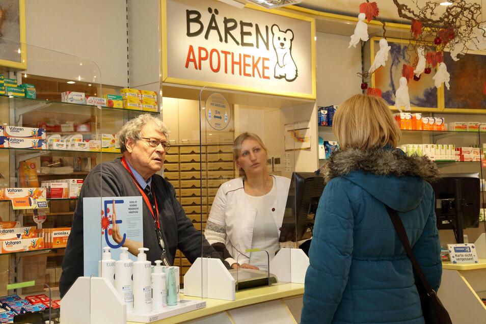 Apotheker Thomas Neumann (links) berät mit Linda Werschin (Mitte) eine Kundin in seiner Bären-Apotheke in Görlitz.