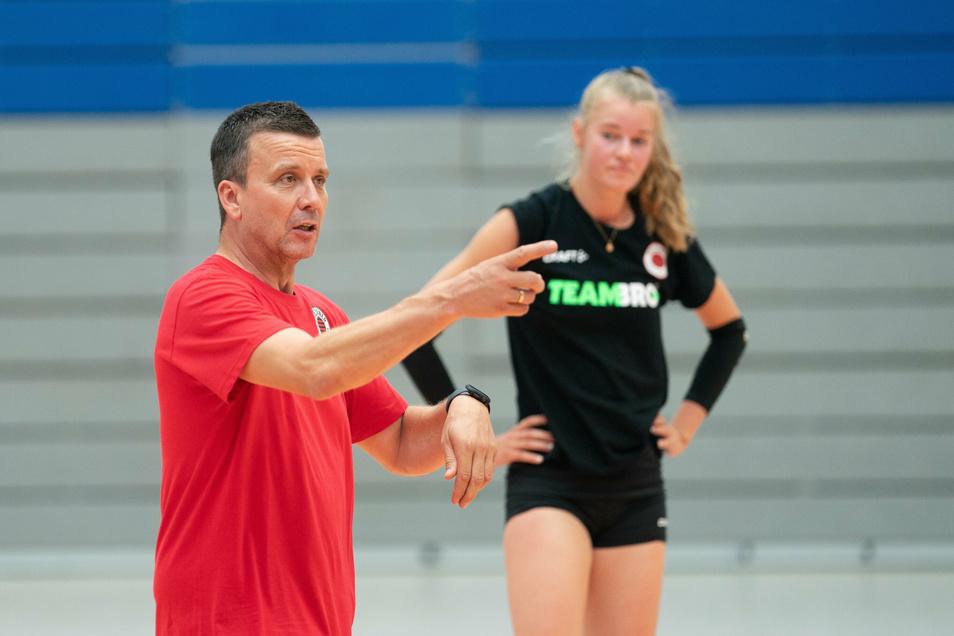 Alexander Waibl erklärt den Dresdner Volleyballerinnen seine Trainingsinhalte – und der DSC die Kurzarbeit für beendet.