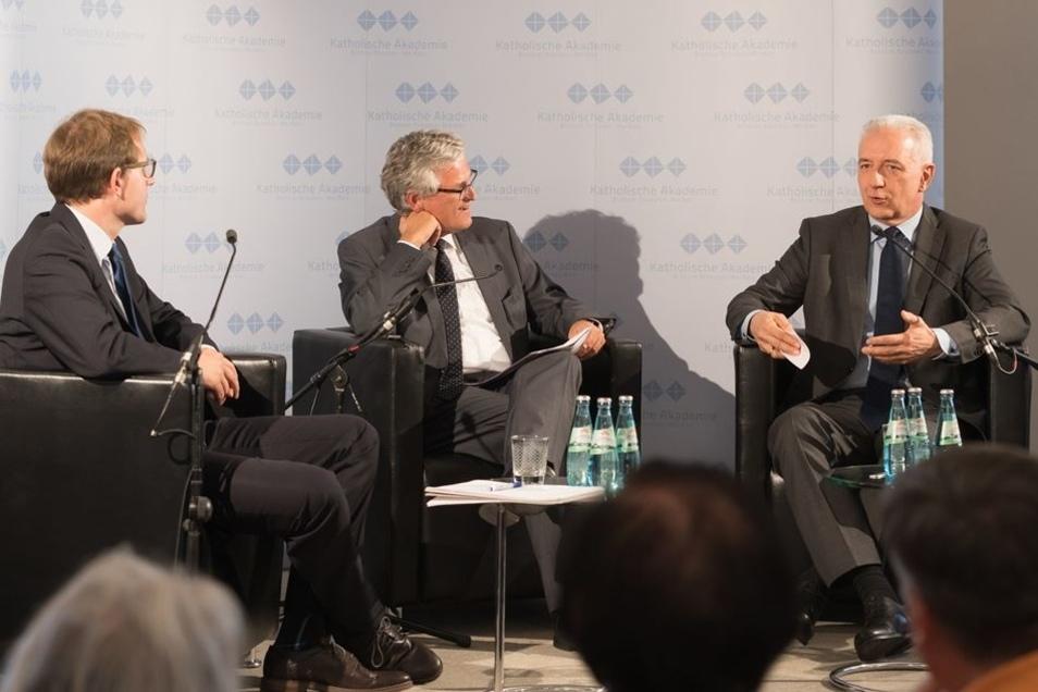 am Mittwochabend mit dem Wissenschaftler Gregor Buß (li.) und ZDF-Chefredakteur Peter Frey (M).