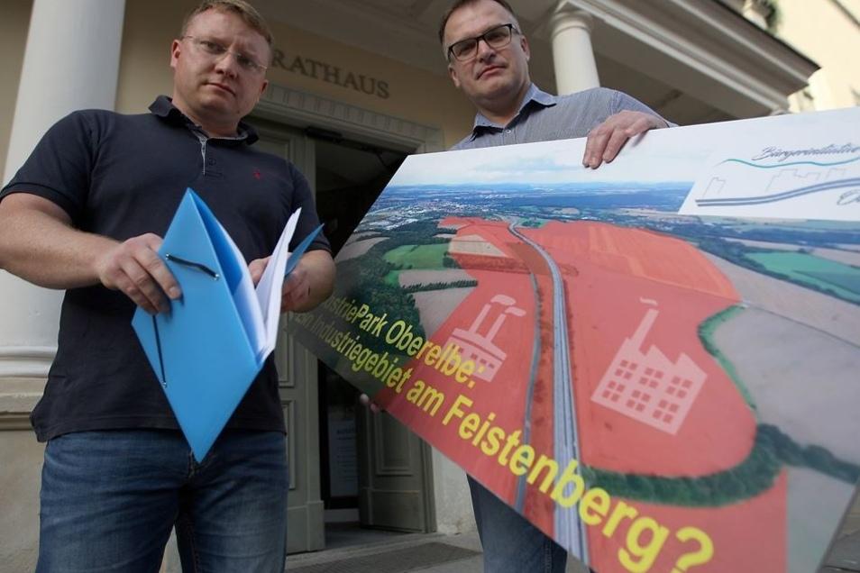 Daniel Szenes (l.) und André Liebscher wollen ein Bürgerbegehren zum Industriepark Oberelbe auf den Weg bringen. Am Dienstag stellten sie das Vorhaben im Pirnaer Stadtrat vor.