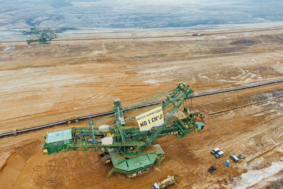 Einen Abraumbagger in der Grube Turow haben die Aktivisten mit einem großen Banner versehen.
