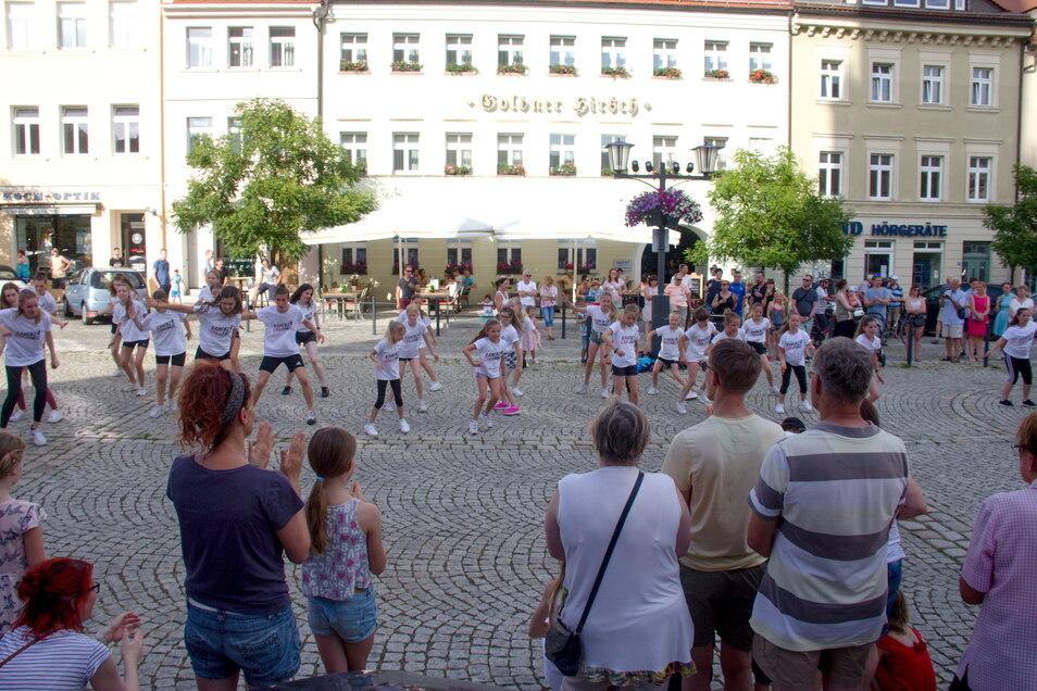 Auch die Tänzerinnen und Tänzer von Kamenz can Dance konnten endlich wieder Auftrittsluft vor Publikum schnuppern. Foto: PR / Konrad Skatula