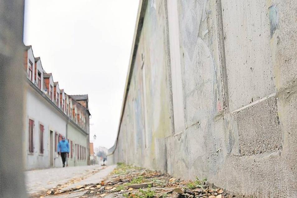 Wird saniert: Löcher und Risse in der Wand an der Obergasse sollen schon bald verschwunden sein.Fotos: Claudia Hübschmann