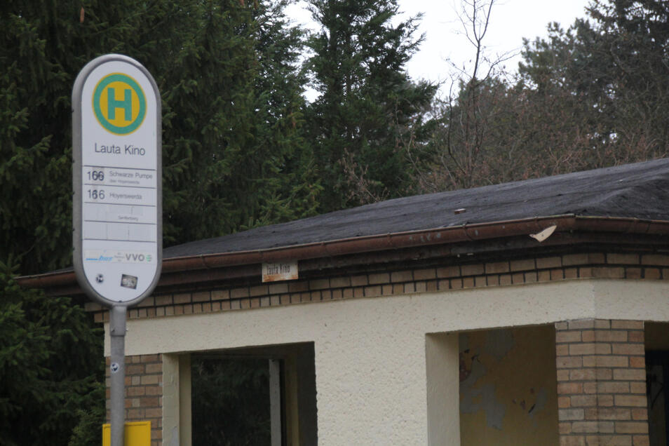Nur noch die Beschriftung von zwei Bushaltestellen-Schildern erinnert an das einstige Kino von Lauta, das im November 1993 geschlossen und 2006 schließlich abgerissen wurde.