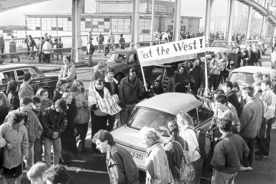 Berlin, 10. November 1989: Nach Öffnung der DDR-Grenzen zum Westen. Schüler aus dem Bezirk Wedding bilden auf der Böse-Brücke am Grenzübergang Bornholmer Straße ein Begrüßungsspalier für Besucher aus dem Ostteil der Stadt.