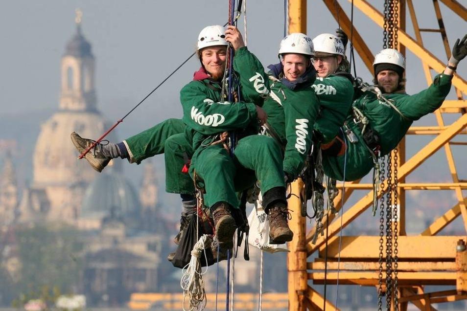 Erneuter Protest im April 2008  Am 17. April 2008 besetzten fünf Robin-Wood-Mitglieder einen Kran auf der Baustelle des Brückenwiderlagers auf Neustädter Seite und behinderten damit einige Stunden lang die Bauarbeiten.
