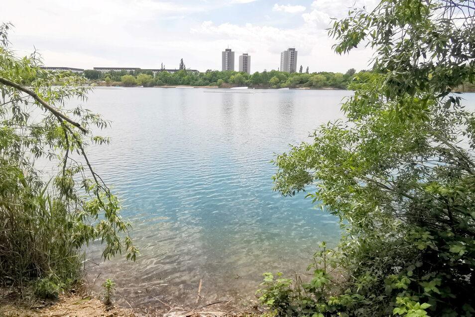 Blaues Wasser mitten in der Stadt - der Kiessee Leuben lockt bei warmen Temperaturen zum Baden. Erlaubt ist das allerdings nicht.
